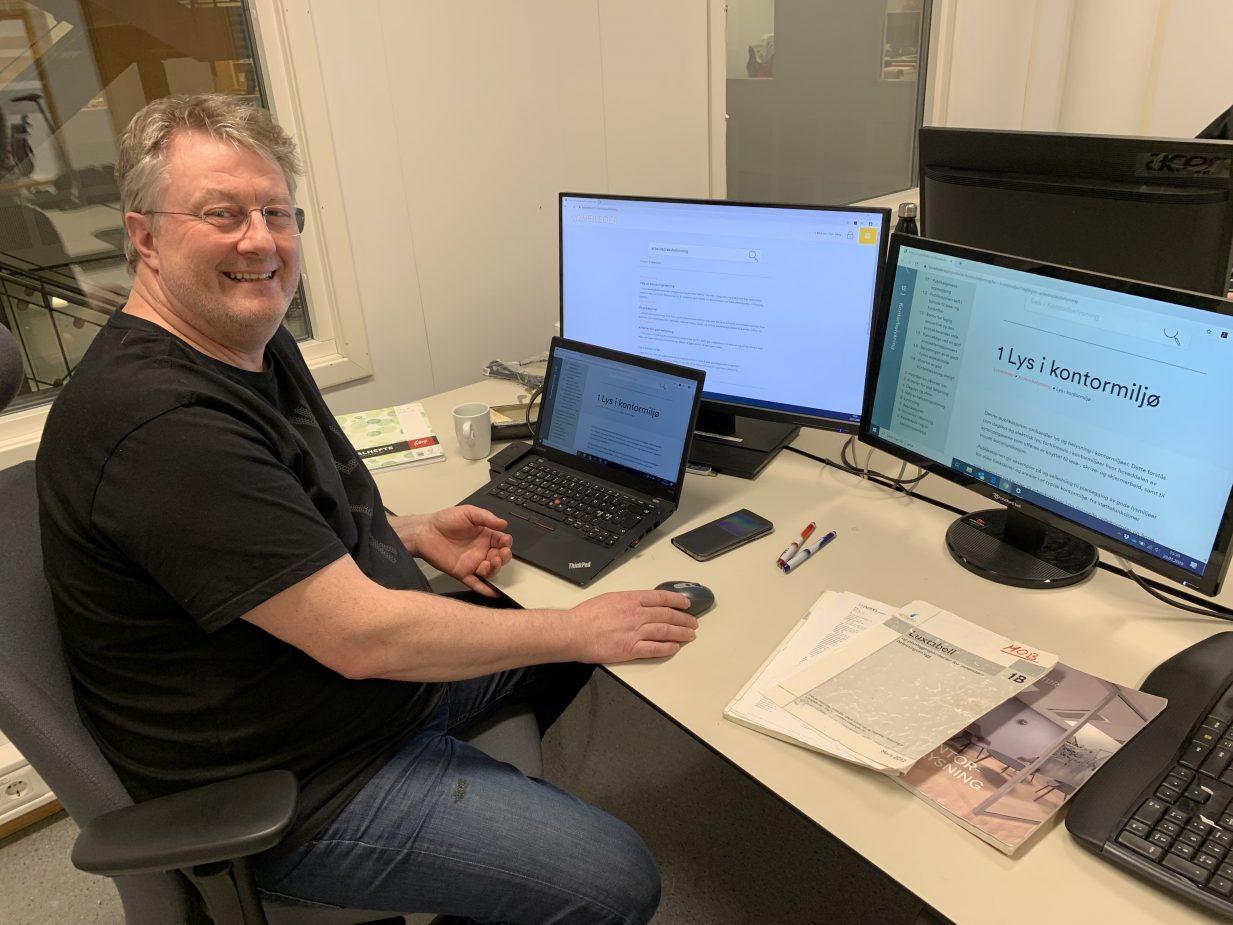 Prosjektleder for tekniske fag i Itech AS, Morten Olav Berg, sitter ved arbeidspulten sin, der han har oppe siden for Lysveilederen på skjermen.